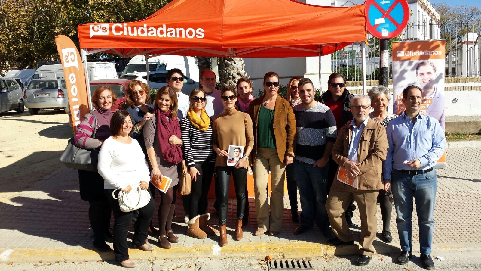 Virginia M Salmerón con los afiliados de Sanlúcar la Mayor