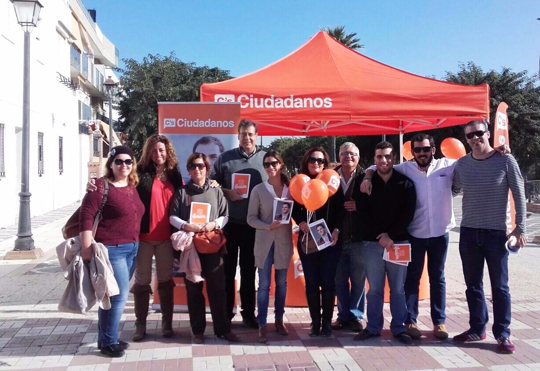 Virginia M. Salmerón, junto a un grupo de afiliados en La Puebla del Río
