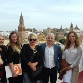 Marta Escrivá y José Antonio Funes visitan Carmona para conocer sus necesidades