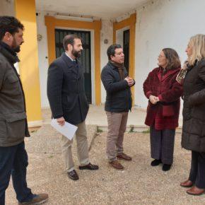 """El alcalde de Almadén de la Plata traslada a la delegación de Sanidad la necesidad """"urgente"""" de un nuevo consultorio médico"""