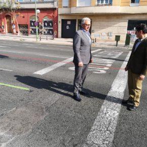 """Ciudadanos denuncia """"el caos de tráfico"""" que provocan las líneas de colores sobre el pavimento de la Ronda Histórica"""